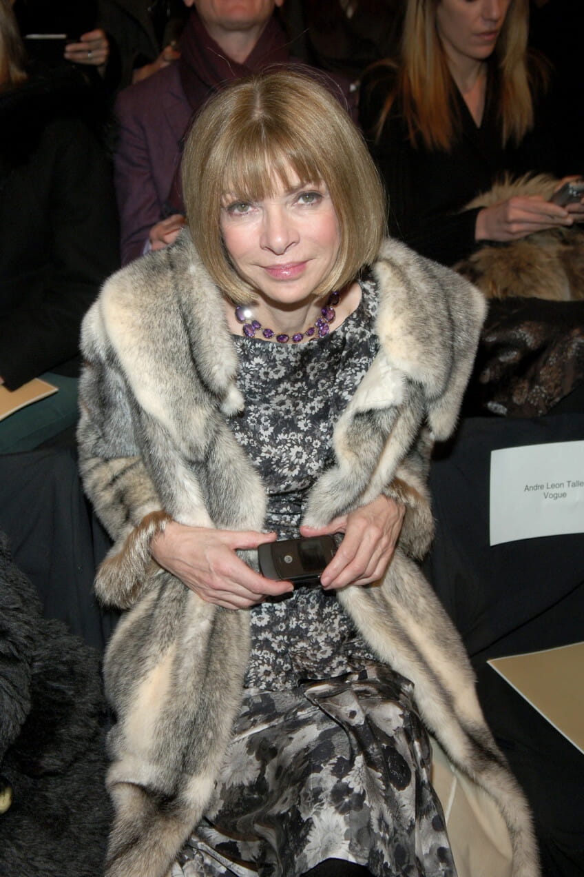 anna wintour holding flip phone